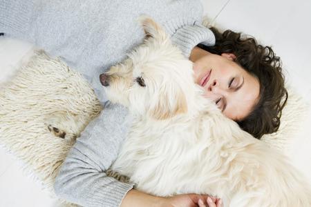 curare teneramente: Donna, rilassante, cane, tappeto