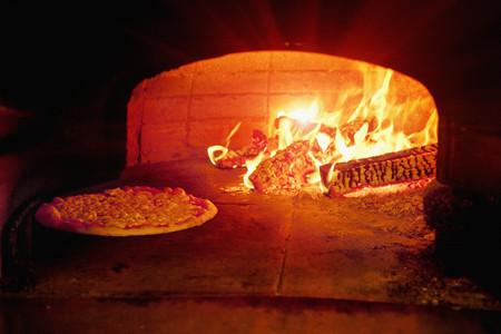 blazed: Pizza baking in wood burning oven LANG_EVOIMAGES