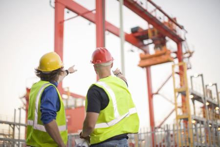 personas reunidas: Trabajadores de la construcción hablando en el sitio