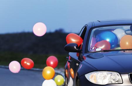 Globos de colores que salen de la ventana del coche LANG_EVOIMAGES