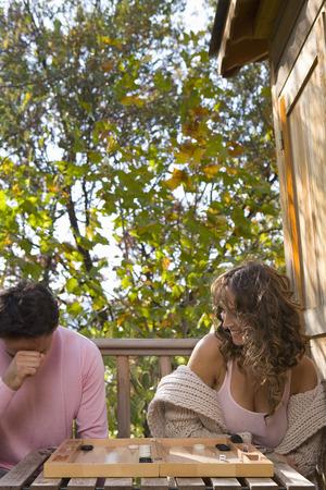 baranda para balcon: Pareja jugando casa del árbol juego