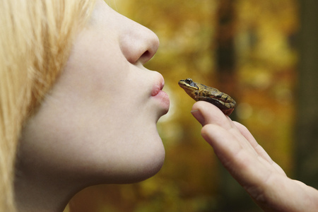 jeopardizing: Girl kissing tiny frog in forest LANG_EVOIMAGES