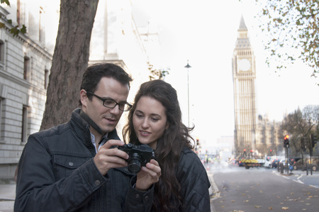 parliaments: Couple taking pictures in London LANG_EVOIMAGES