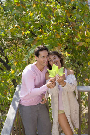 baranda para balcon: Couple with leaf smiling
