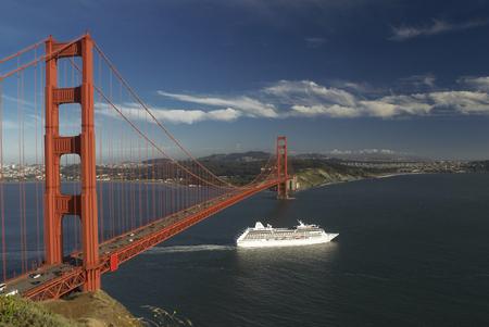 histories: Ship sailing under Golden Gate Bridge LANG_EVOIMAGES