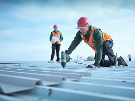 agachado: Trabajador de perforación de los agujeros en el techo LANG_EVOIMAGES