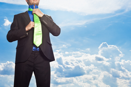 Businessman tying his tie outdoors LANG_EVOIMAGES