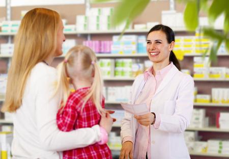 niños platicando: Farmacéutico, dar, prescripción, madre LANG_EVOIMAGES