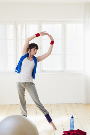 Woman stretching during workout LANG_EVOIMAGES