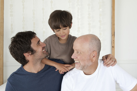 poppa: Three generations of men on bed LANG_EVOIMAGES