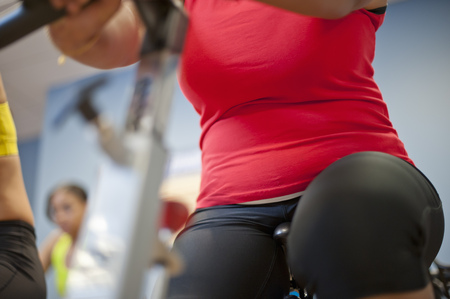 Woman using spin machine in gym LANG_EVOIMAGES