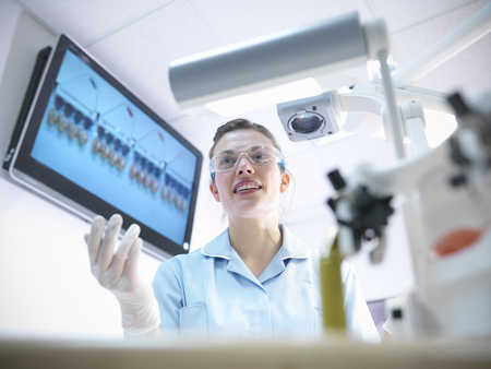 Dentist teaching students in lab LANG_EVOIMAGES