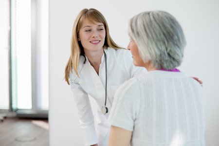 faiths: Doctor talking to woman in office LANG_EVOIMAGES