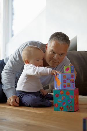 poppa: Father and baby playing with blocks LANG_EVOIMAGES