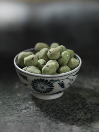 bodegones: Close up of bowl of wasabi peas