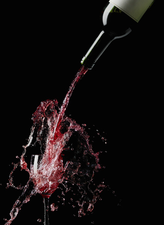 overflows: Wine splashing into glass LANG_EVOIMAGES