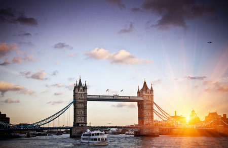mornings: Tower Bridge in London LANG_EVOIMAGES
