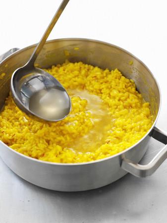 utensilios de cocina: Sopa con cucharón en una olla de risotto LANG_EVOIMAGES