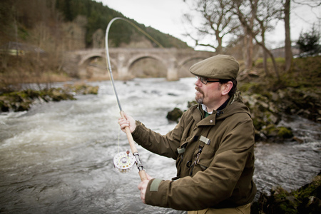 instructs: Man fishing for salmon in river LANG_EVOIMAGES