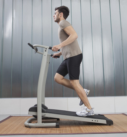 man's: Man using exercise machine LANG_EVOIMAGES