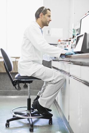 resourceful: Scientist using computer in lab