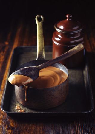lavishly: Pot of caramel sauce on tray LANG_EVOIMAGES