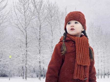 cola mujer: Chica caminar en la nieve LANG_EVOIMAGES