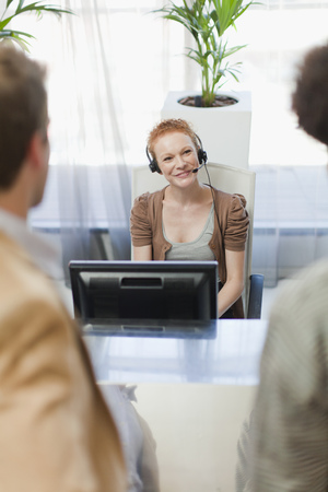 customer service representative: Business people talking in office LANG_EVOIMAGES