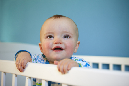 Toddler standing up in crib LANG_EVOIMAGES