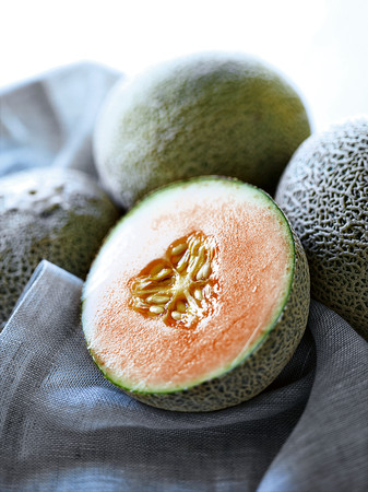 uncomplicated: Close up of halved melon LANG_EVOIMAGES