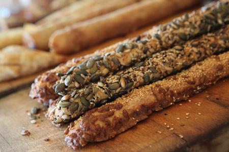 gressins: Close up of breadsticks on board LANG_EVOIMAGES