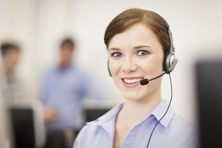 reconocimientos: Empresaria trabajando en auriculares
