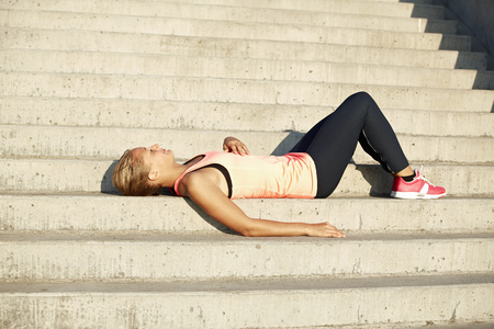 lays down: Runner resting on staircase LANG_EVOIMAGES