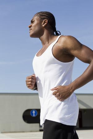 Hombre corriendo en la calle urbana LANG_EVOIMAGES