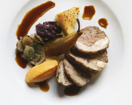 carnes y verduras: Plato de cerdo relleno con pera