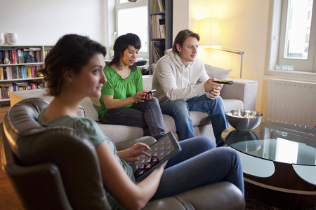 uses: Friends relaxing together in living room LANG_EVOIMAGES