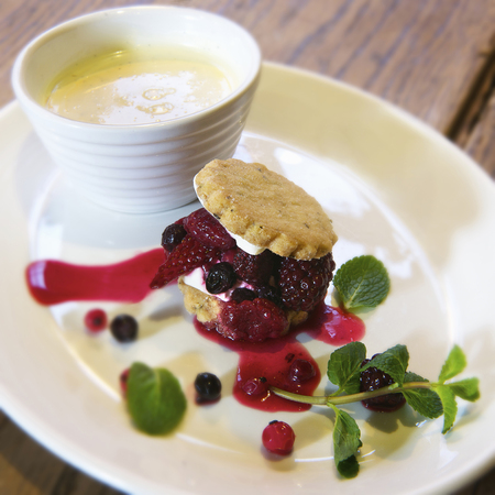 Plate of shortbread with fruits  LANG_EVOIMAGES