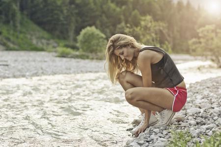 agachado: Mujer, agachado, grava, río, banco LANG_EVOIMAGES