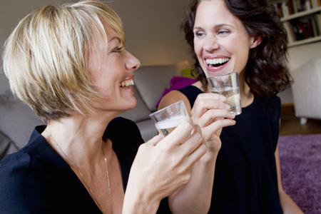 enthusiastically: Women drinking champagne together LANG_EVOIMAGES