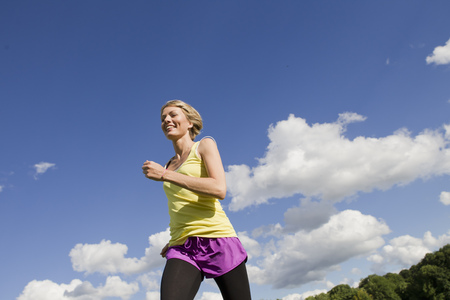 gratify: Woman jogging outdoors LANG_EVOIMAGES