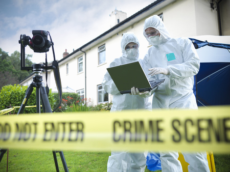 shared sharing: Forensic scientists at crime scene LANG_EVOIMAGES
