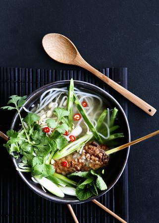 carnes y verduras: Bowl of Vietnamese noodle soup