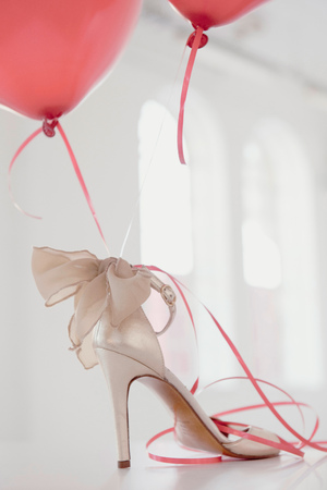 marrying: Balloons attached to high heel LANG_EVOIMAGES