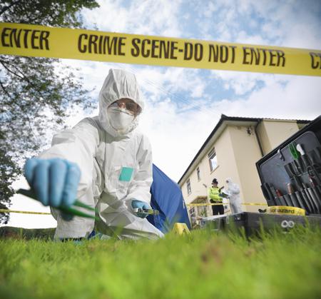 agachado: Científico forense en la escena del crimen