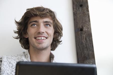pcs: Teenage boy using laptop indoors LANG_EVOIMAGES