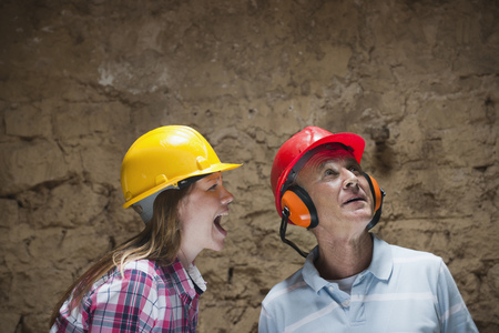 jeopardizing: Construction worker yelling at colleague LANG_EVOIMAGES