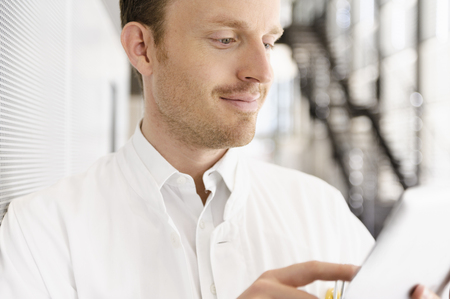Doctor using tablet computer LANG_EVOIMAGES