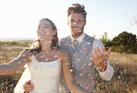 formals: Newlywed couple walking in confetti LANG_EVOIMAGES