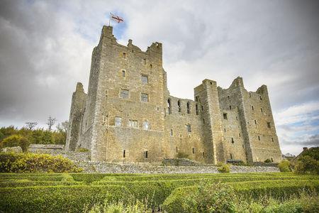 histories: Castle under cloudy sky LANG_EVOIMAGES