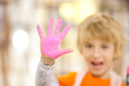 Boy with pink paint on his hand LANG_EVOIMAGES